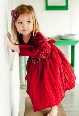 Всегда во внимании: красное платье для девочки