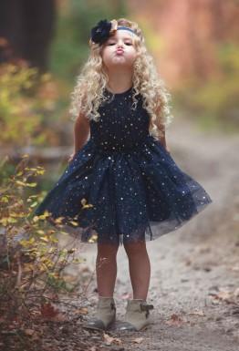 Нарядное детское платье может быть темным